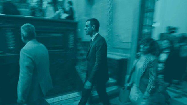 Pedro Sánchez llega al Hemiciclo junto a Carmen Calvo.Pedro Sánchez llega al Hemiciclo junto a Carmen Calvo.