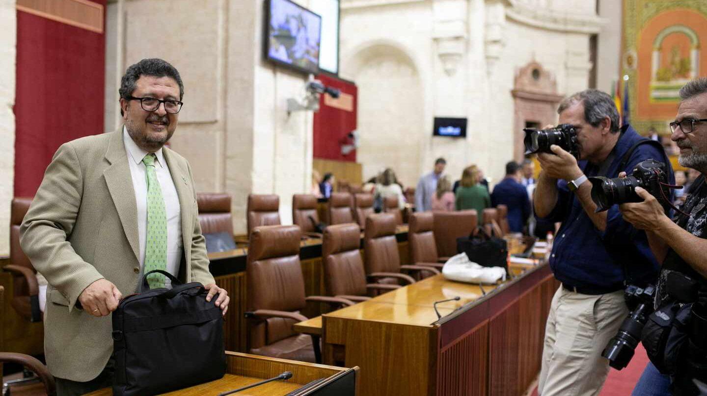 Francisco Serrano, en el hemiciclo del Parlamento de Andalucía.