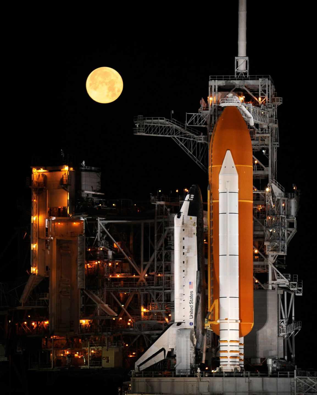 Un cohete y una luna llena en Cabo Cañaveral en 2009 | NASA/Bill Ingalls