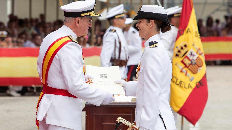 """El almirante jefe de Estado Mayor de la Armada (AJEMA), almirante general Teodoro E. López Calderón, hace entrega a Vanessa Antuña Fernández, el despacho de sargento como """"número uno"""" de la promoción LXXX"""