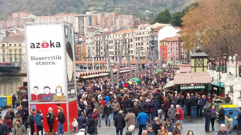Miles de personas en la Feria de Santo Tomas en Bilbao.