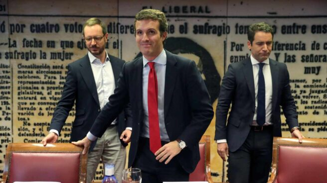 El líder del PP, Pablo Casado (c), junto al secretario general, Teodoro García Egea (d), y Javier Maroto