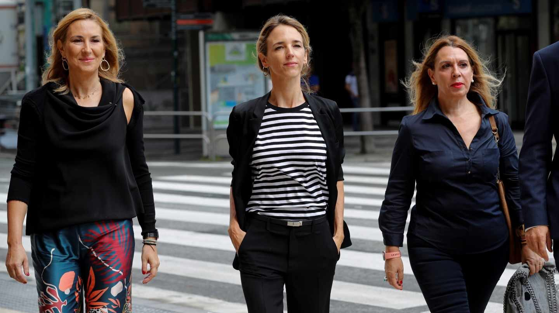 Ana Beltrán (izquierda) junto a Álvarez de Toledo (centro) este jueves en Pamplona