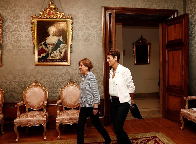 Uxue Barkos, la presidenta saliente, junto a la nueva presidenta, María Chivite, ayer en el traspaso de poderes.