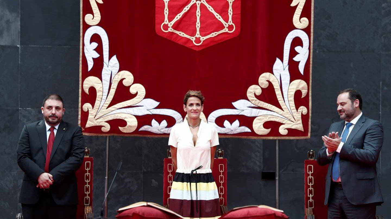 María Chivite en su toma de posesión como presidenta de Navarra, acompañada del ministro de Fomento, José Luis Ábalos, y el presidente del Parlamento de Navarra, Unai Hualde.