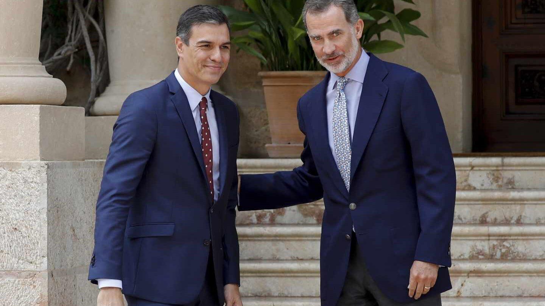 El rey Felipe VI y el presidente del Gobierno en funciones, Pedro Sánchez, en la entrada del Palacio de Marivent.