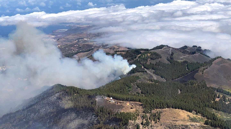 Fotografía facilitada por la Guardia Civil de uno de los focos del incendio que afecta a los municipios de Tejeda, Artenara y Gáldar