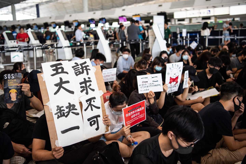 Protestas en el aeropuerto de Hong Kong este martes.