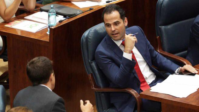 El portavoz de Ciudadanos en la Asamblea de Madrid, Ignacio Aguado, habla con el de Más Madrid, Íñigo Errejón.