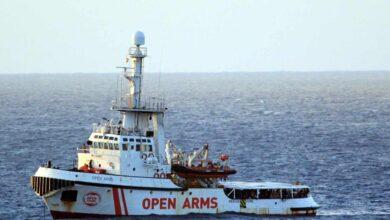 El Open Arms, a la espera de puerto tras rescatar a 43 personas, 13 de ellas menores