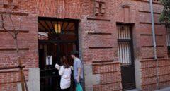Fachada de la vivienda ubicada en el número 11 de la calle Tenerife, en el distrito de Tetuán de Madrid, donde esta madrugada ha sido hallado el cadáver de una mujer con signos de violencia y lesiones de arma blanca.