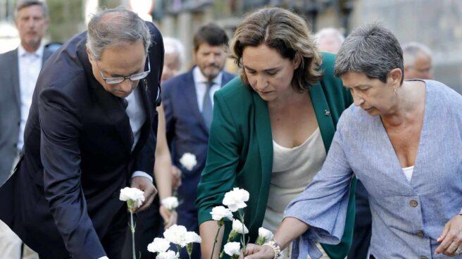 La alcaldesa de Barcelona, Ada Colau, acompañada por el presidente de la Generalitat, Quim Torra y de la delegada del Gobierno en Cataluña, Teresa Cunillera (d), depositan claveles blancos durante el acto institucional celebrado esta mañana en conmemoración del segundo aniversario de los atentados terroristas del 17A.