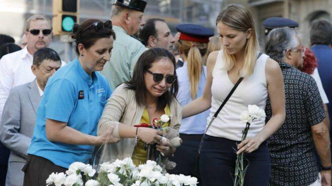 Familiares de las víctimas y afectados por el atentado terrorista del 17A depositan claveles blancos durante el acto institucional celebrado esta mañana las Ramblas para conmemorar el segundo aniversario del suceso.