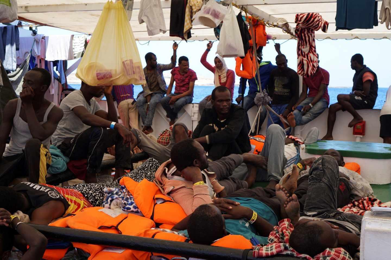 Inmigrantes en la cubierta del Open Arms.