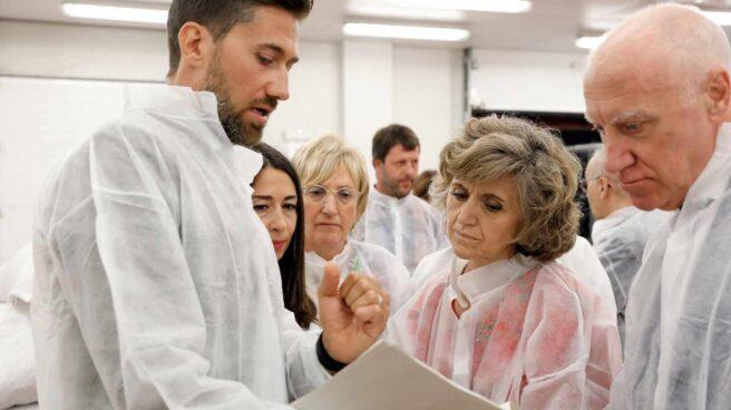 La ministra de Sanidad en funciones, María Luisa Carcedo (2d), acompañada por la consellera de Sanidad, Ana Barceló (3d)