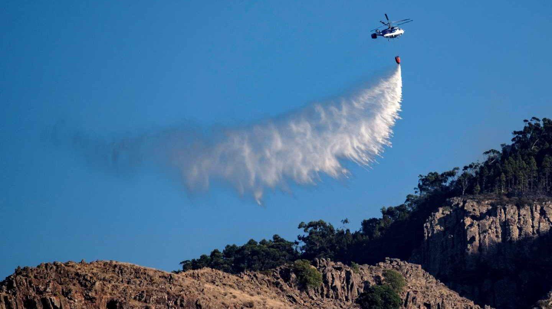 Varios medios aéreos descargan agua sobre el Parque Natural de Tamadaba, en el municipio de Agate.