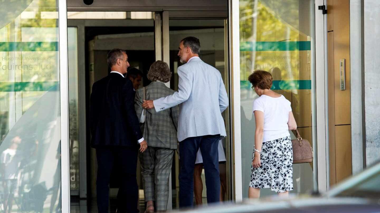 El rey Felipe VI y la reina Sofía han acudido este sábado al Hospital Universitario Quirón Salud-Madrid de Pozuelo de Alarcón (Madrid)