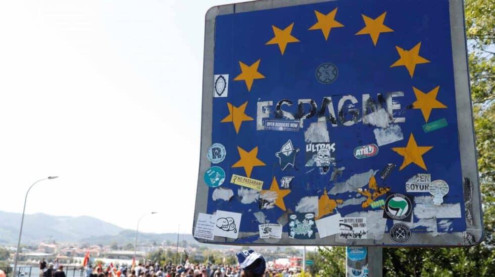Los manifestantes han pegado distintivos en la frontera entre España y Francia.