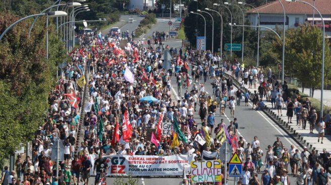 Manifestación contra el G-7 en Hendaya, este sábado.