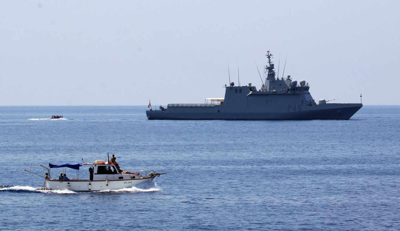 El buque de la Armada 'Audaz' frente al puerto de Lampedusa.