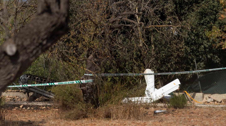 Zona acordonada junto a restos de los vehículos implicados en la colisión aérea