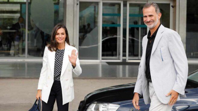 El rey Felipe VI y la reina Letizia, a su llegada este domingo al Hospital Clínico Quirón de Pozuelo de Alarcón