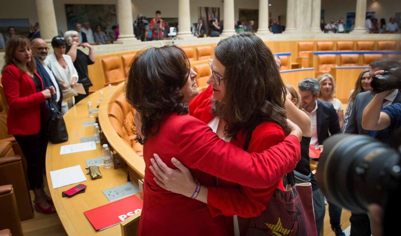 La socialista Concha Andreu (i) es felicitada por la diputada de Podemos