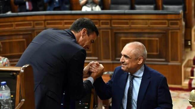 Sánchez felicita a Simancas en el pleno del Open Arms.