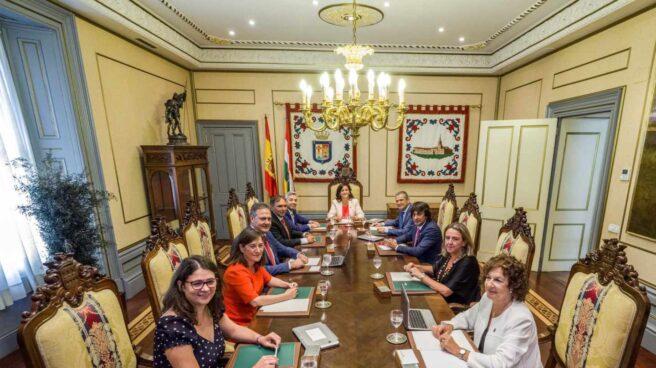 Raquel Romero, a la izquierda, sentada en el nuevo Gobierno de La Rioja con Concha Andreu al frente.