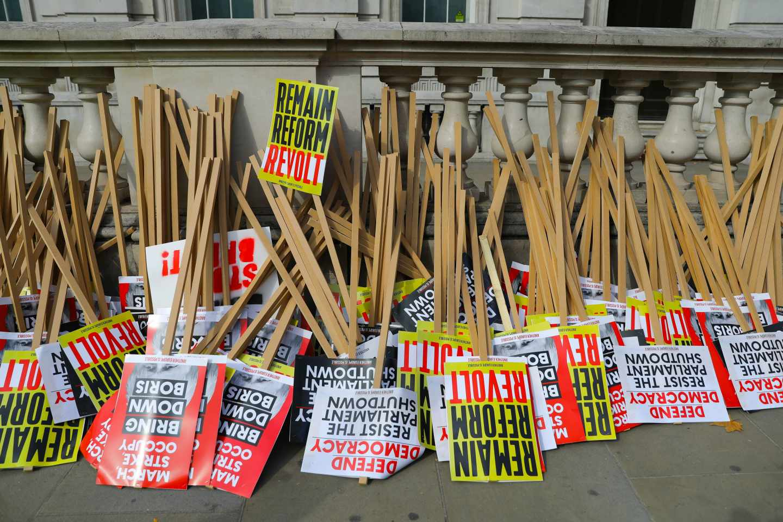 Pancartas de las protestas contra el cierre del Parlamento.