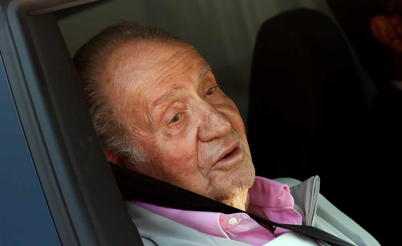 El Rey Juan Carlos sale de la clínica.