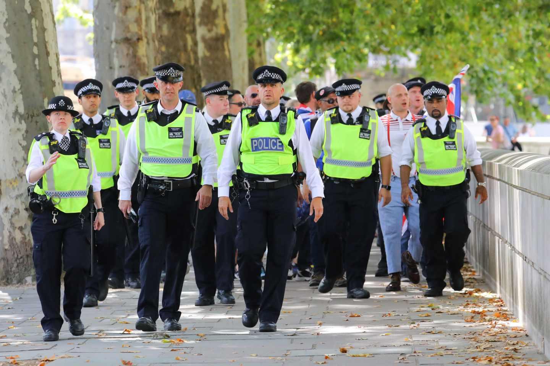 Agentes de policía durante las protestas contra el cierre del Parlamento.