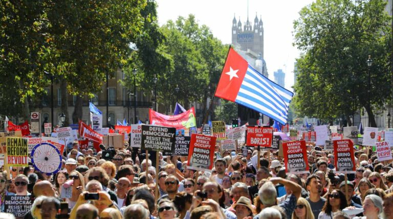Manifestantes durante las protestas de este sábado contra el cierre del Parlamento.
