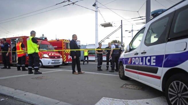 Policia francesa y efectivos de rescate tras el ataque con cuchillo en Villeurbanne, cerca de Lyon.