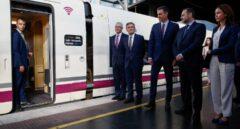 Pedro Sánchez, el ministro de Fomento en funciones y otras autoridades, a punto de embarcar en el AVE inaugural a Granada.