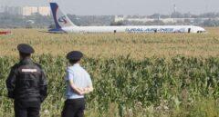 Aterrizaje de emergencia del Airbus de la compañía rusa Uralskie Avialini en las afueras de Moscú.