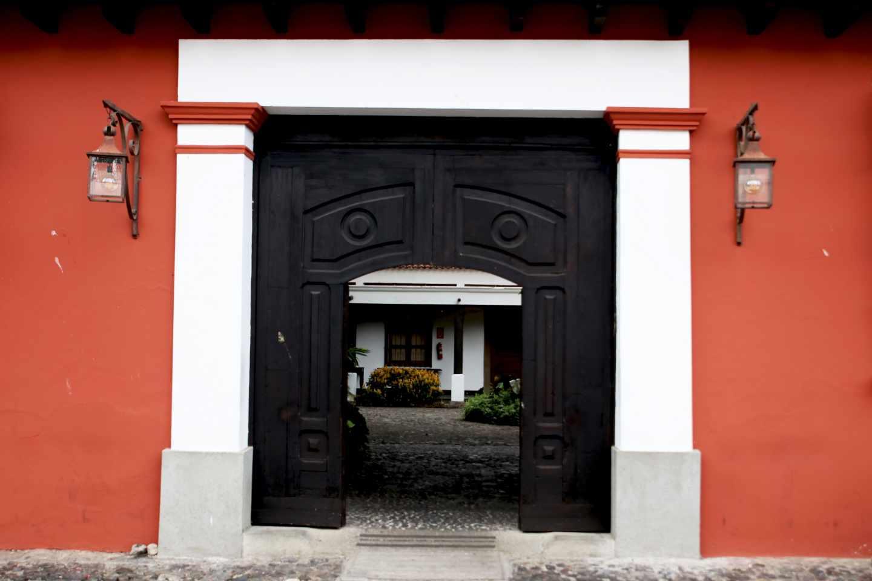 La puerta de entrada a una casa típica de Antigua