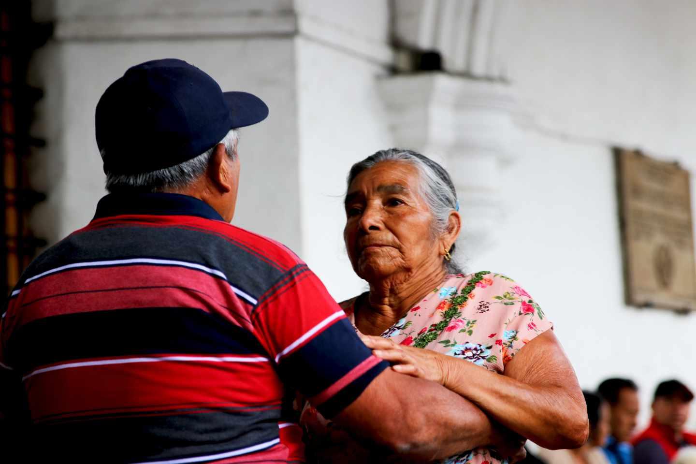 Dos personas bailan en la plaza central de Antigua
