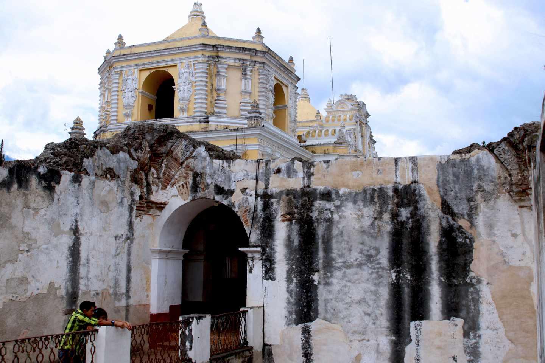 Muchas iglesias están en ruinas por los terremotos y el abandono que sufrió la ciudad hasta 1920