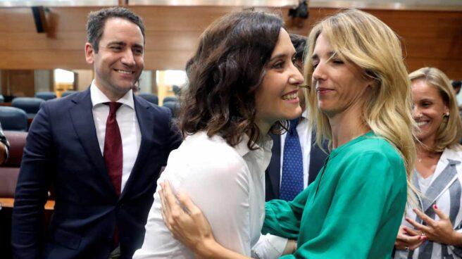 El secretario general del PP, Teodoro García Egea (i), y la portavoz parlamentaria popular en el Congreso, Cayetana Álvarez de Toledo (d), felicitan a la recién investida presidenta de la Comunidad de Madrid, la popular Isabel Díaz Ayuso,