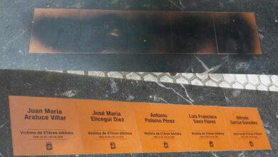 Atacan las cinco primeras placas instaladas en San Sebastián en recuerdo a víctimas de ETA