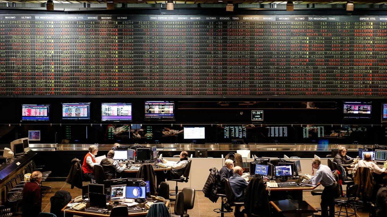 Paneles electrónicos con las cotizaciones en la Bolsa de Buenos Aires.
