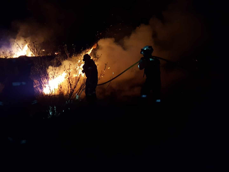 Bomberos trabajan en el incendio de Artenara