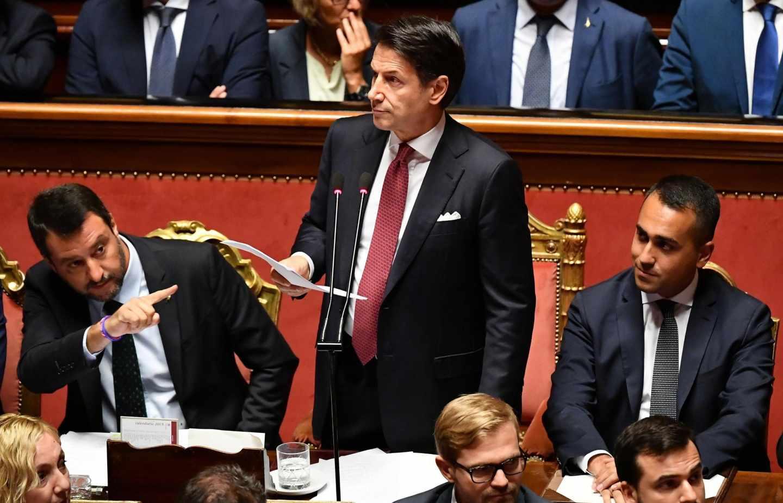 Giuseppe Conte, flanqueado por Salvini, y Di Maio, en el Senado.