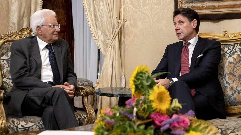 El presidente de Italia, Sergio Mattarella, junto a Giuseppe Conte, a quien ha encargado de nuevo formar gobierno.