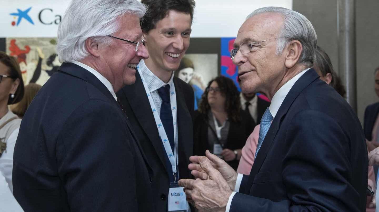 El presidente de la Fundación Bancaria la Caixa, Isidro Fainé, con un becario de la Caixa.