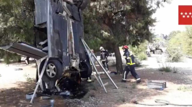 Imagen del vehículo accidentado en posición vertical.