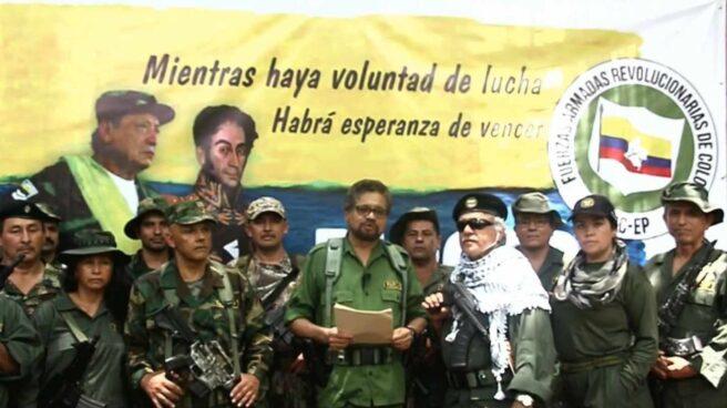 Iván Márquez, rodeado de conmilitonees, anuncia su vuelta a las armas.