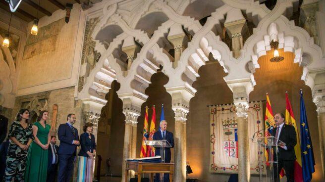 El presidente de Aragón, Javier Lambán 8d), durante su discurso tras toma de posesión del cargo este sábado en el Salón de Santa Isabel del Palacio de la Aljafería, sede de las Cortes aragonesas . Al acto, con más de cuatrocientos invitados, han asistido el ministro de Fomento en funciones, José Luis Ábalos, y la vicepresidenta del Gobierno, Carmen Calvo.