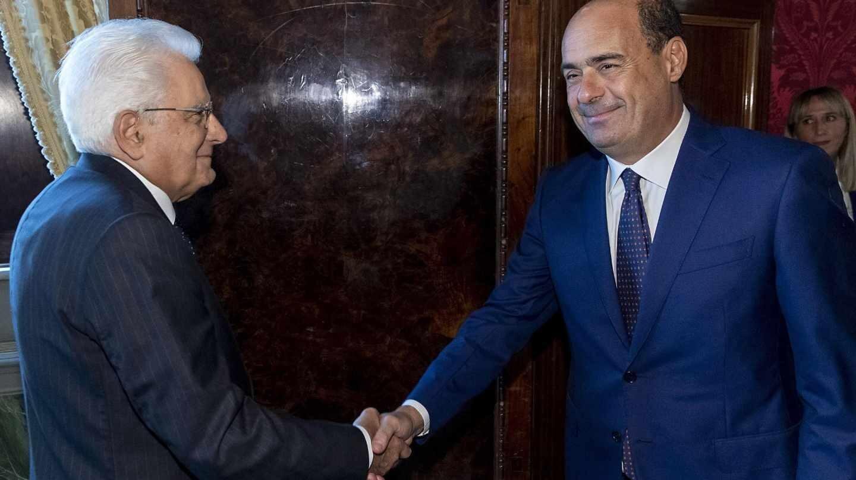 El presidente, Sergio Mattarella, saluda al líder del PD, Nicola Zingaretti, en el Quirinal.